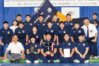 11年ぶりの東日本大会優勝に喜びを噛みしめる部員ら=同部提供