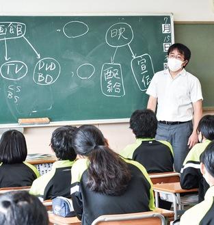 教壇に立つ映画プロデューサーの上野さん