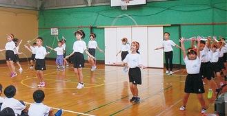 縄跳びを使ったダンスを披露する児童ら
