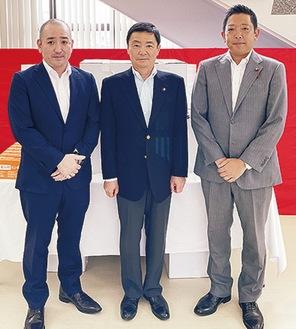 藤井取手市長(中央)と協定を結んだ齋藤組合長(左)=組合提供