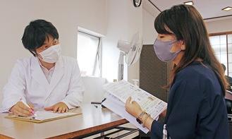 問診する大澤医師(左)と接種対象者