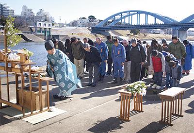 多摩川で学ぶ児童の安全祈って