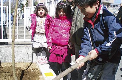 子どもたちが記念植樹