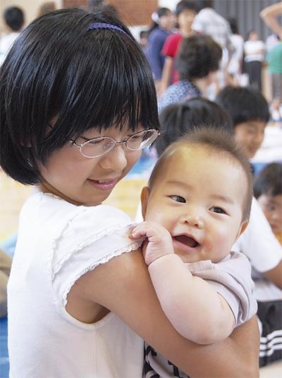赤ちゃんに触れ「命」を実感
