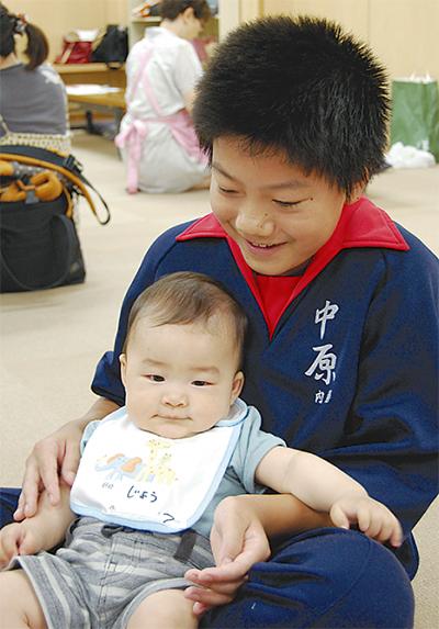 中原中生徒が赤ちゃんと交流