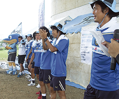 選手が多摩川を清掃