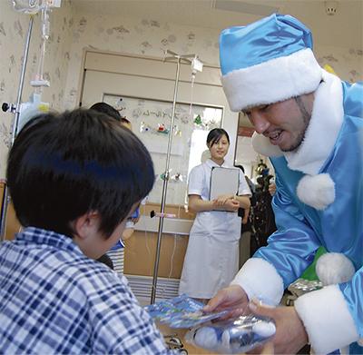 サンタ姿で病院訪問