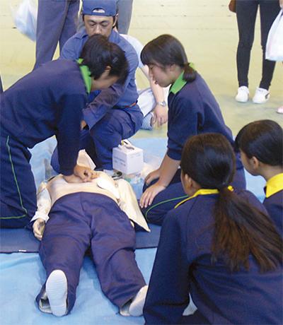 防災訓練で救護を学ぶ