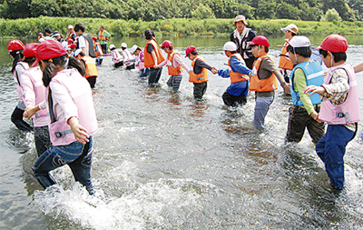 多摩川の生物に触れる
