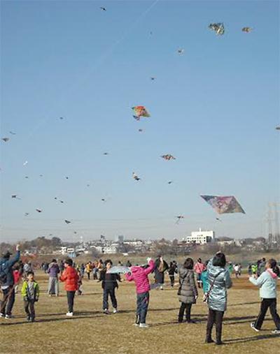 多摩川で凧揚げ大会