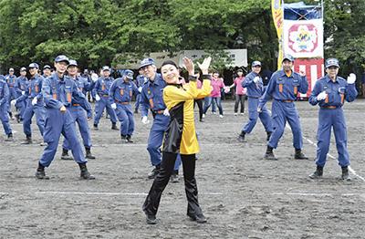 消防団が日頃の訓練披露