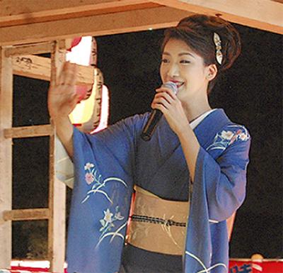 市川由紀乃さん熱唱