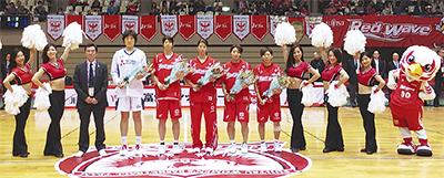 バスケ女子代表選手に花束