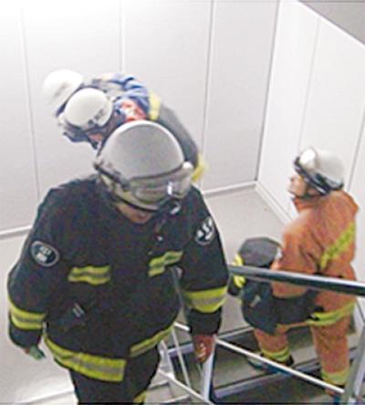 消防隊、37階駆け上がる