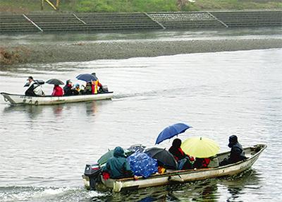 小雨の中、渡し船体験