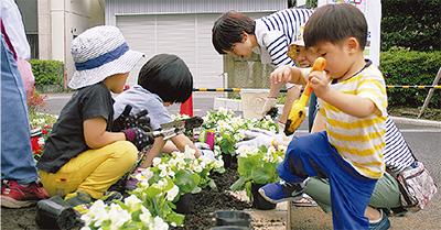 親子で花植え