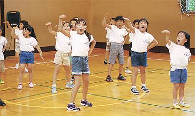 5チームが歌と踊りを発表