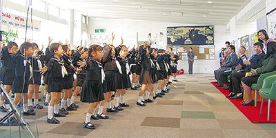 歌とダンスで国際交流