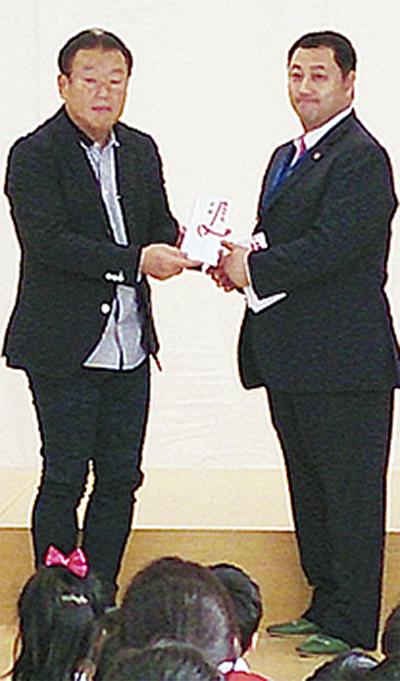 新日本学園に緞帳(どんちょう)を寄贈