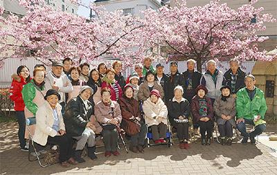 桜の下で世代間交流