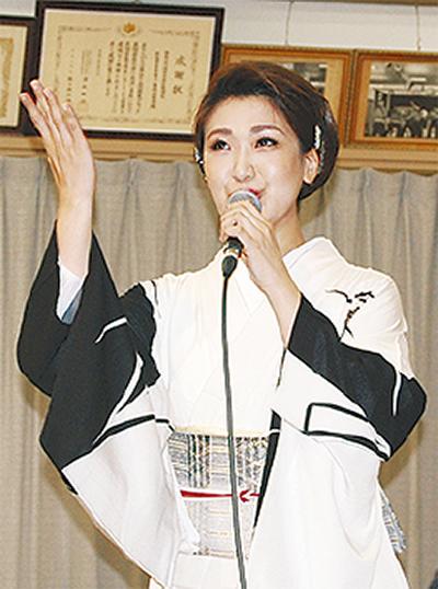 市川由紀乃さん、「恩返し」の4曲