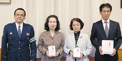 贈呈式に出席した(左から)田中署長、嵯峨野さん、藤浪さん、文元さん