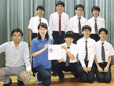 缶サット甲子園実行委員長の山崎直子氏と物理部員ら