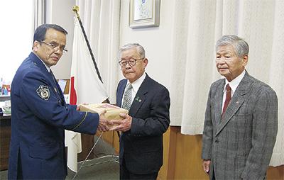 寄贈式に出席した(左から)田中署長、田中会長、齋藤会長