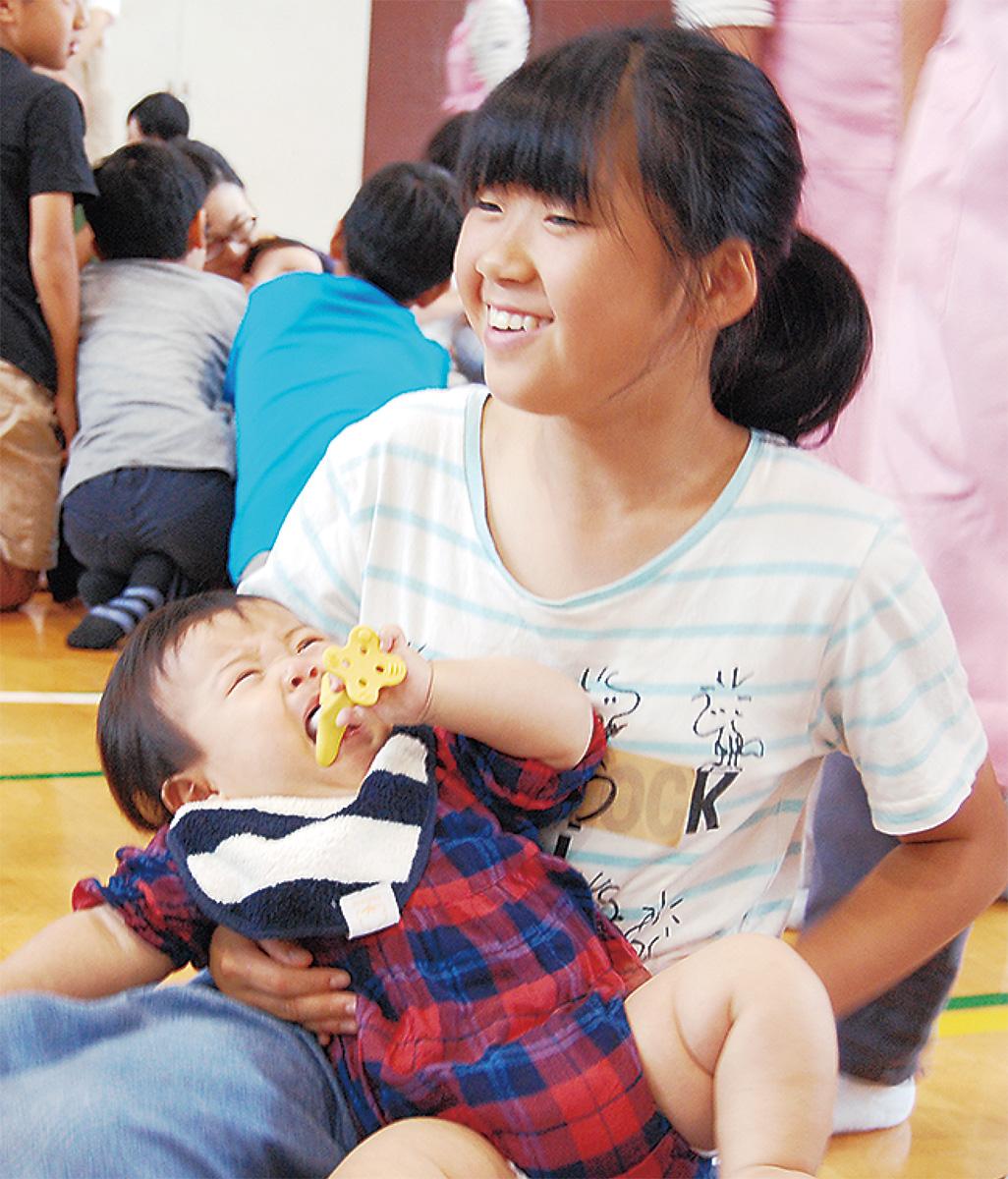 乳児と触れ合い笑顔