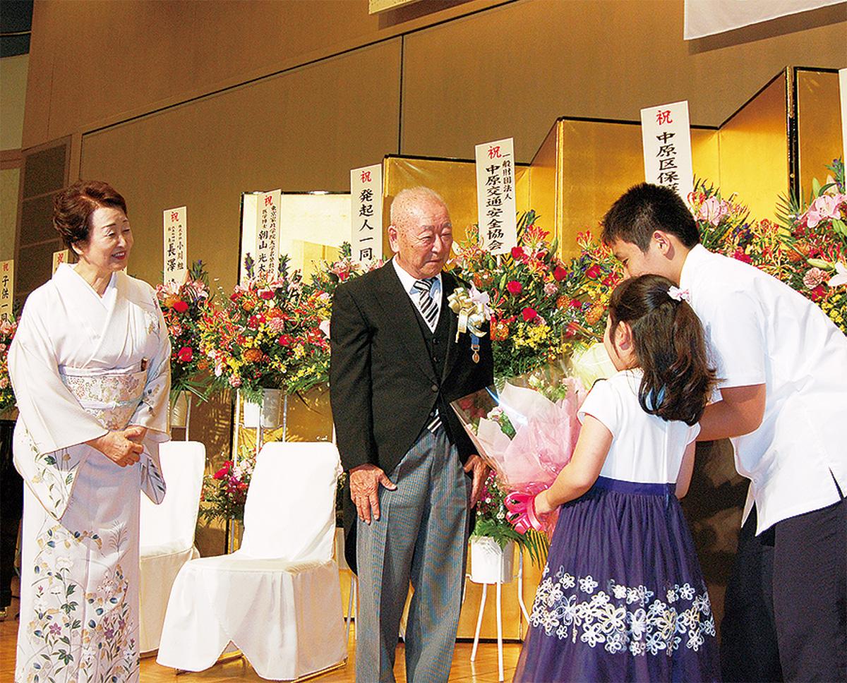 藍綬褒章・朝山さんを祝う