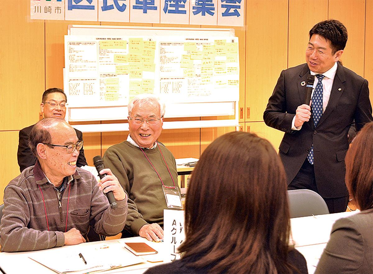 福田市長(右)と話し合う参加者ら