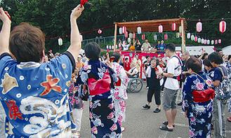 鳴子を手に踊る参加者たち