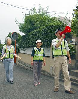 防犯を呼びかけて町内を回る地域住民