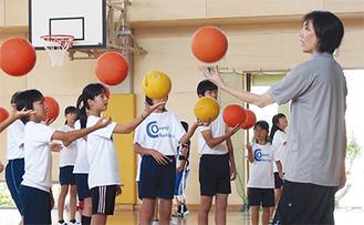 ボールに親しむことを学んだ児童ら