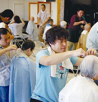 会員たちはお年寄りに優しく声をかけながら、手際よく髪を切っていった