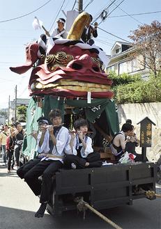 太鼓や笛の音が祭りを一層盛り上げた