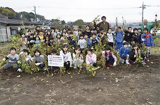 約4キロの大豆を収穫した岡上小の児童ら