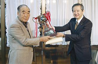 受賞を喜ぶ篠原さん(左)と、瀧峠区長(右)