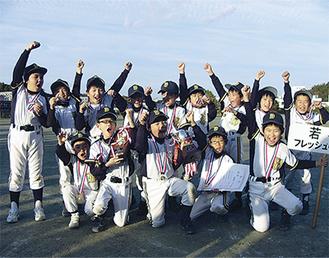 優勝を喜ぶ若葉の選手たち