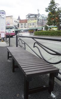 4人掛けのベンチを設置