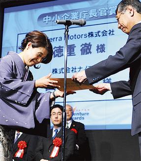 表彰を受ける山口社長(左)