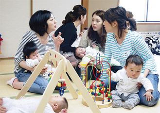 子育て話で盛り上がる母親たち