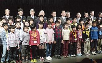 開講式には多くの来賓と子どもたちが参加した