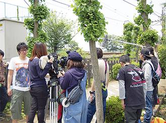 撮影現場には学生たちの熱い思いが交錯する