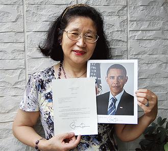 大統領直筆のサインが添えられた礼状を手にする敬子さん