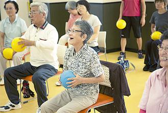 ▲椅子にすわって行う、ボールをつかったトレーニング