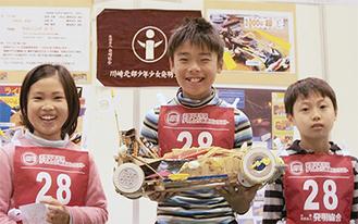 受賞を喜ぶ(左から)古田咲さん、宮本大地さん、村松勇吏さん