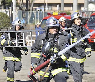 放水に取り組む麻生消防署の若手職員