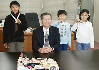 メダルを披露し笑顔の子どもたち