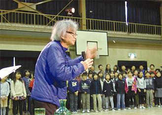 身振り手振りで生徒たちを指導する小澤さん